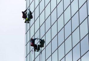 como economizar água em limpeza de fachadas de vidro