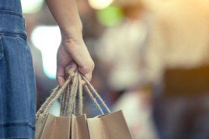 pessoa carregando embalagens sustentáveis