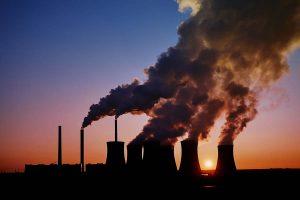 Chaminé de indústrias expelindo fumaça que causa a poluição industrial