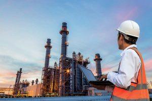Na imagem é possível ver um funcionário observando a empresa e pensando nas soluções viáveis para a poluição industrial