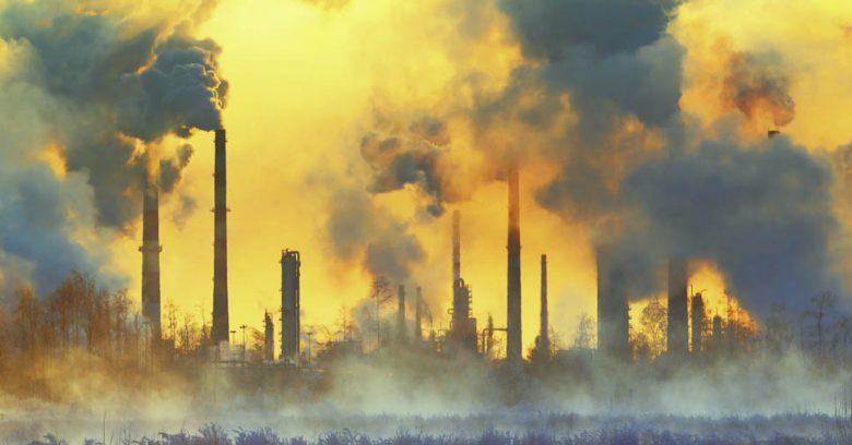 A liberação de gases tóxicos é um dos fatores da poluição industrial