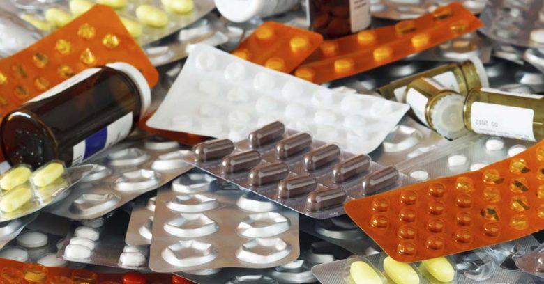 Descarte inadequado de medicamentos: muitas cartelas e frascos de remédios misturados