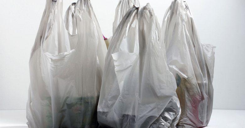 Algumas sacolas cinzas ilustram o novo uso de sacolas plásticas