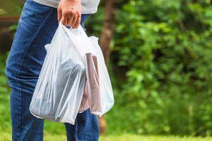 Pessoa faz uso de sacolas plásticas