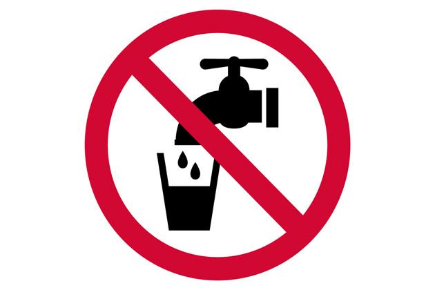 Torneira e copo d'água envoltos pelo símbolo de proibido para representar a crise de água no Rio de Janeiro
