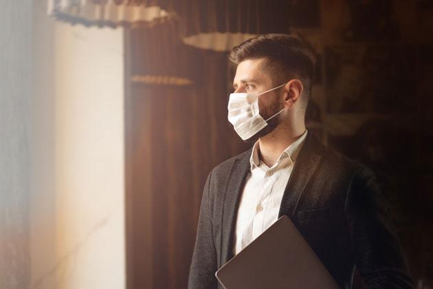 Profissional com coronavírus no ambiente de trabalho